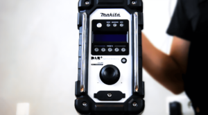 Frontansicht des Makita Baustellenradio DMR110 in unserem Test